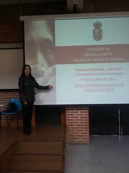 *Roberta Lídice: Profesora Conferenciante del Máster Universitario en Acceso a la Abogacía en la Universidad de Castilla-La Mancha (UCLM) - España. *Ley Orgánica 1/2004: Del Cambio de Apellidos como Medidas de Protección Integral contra la Violencia de Género en España. La Ley Orgánica 1/2004, de 28 de diciembre, de Medidas de Protección Integral contra la Violencia de Género en España, en su disposición Adicional Vigésima, reforma el art. 58 de la Ley del Registro Civil, estableciendo que cuando se den circunstancias excepcionales para el CAMBIO DE APELLIDOS, competencia del Ministerio de Justicia, no será necesario que ocurran los requisitos exigidos como regla general en el art. 57 de la Ley del Registro Civil, señalando un caso concreto para el supuesto de que el solicitante de la autorización del cambio de sus apellidos sea objeto de violencia de género.