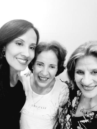 Foto: Escritora Roberta Lídice (à esquerda), com sua tia Selina (centro) e sua mãe Celma (à direita). Copyright © 2020 ROBERTA LÍDICE. São Paulo – Brasil.