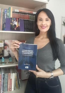"""*DESTACADO DE J.M. BOSCH EDITOR – BARCELONA: """"LA FUNCIÓN SOCIAL DE LA DEFENSORÍA DEL PUEBLO Y EL CANAL DE DENUNCIAS"""" UNA CUESTIÓN DE CIUDADANÍA (""""A Função Social da Ouvidoria e o Canal de Denúncias"""" – Uma questão de cidadania) Autora: Roberta LÍDICE. (Versión impresa y digital) *Lanzamiento: Agosto 2020. *Disponible en la a Librería Bosch, así como en las principales librerías de España, Francia, Italia, Alemania, Inglaterra, Australia, Corea, Brasil, Colombia, Chile, Argentina, entre otros países, con envíos a todo el Extranjero. *BOOK DETAILS: Libro: """"La Función Social de la Defensoría del Pueblo y El Canal de Denuncias"""" – Una Cuestión de Ciudadanía. Author: Roberta LÍDICE Publisher: J.M. Bosch Editor Publication City/Country Barcelona, Spain Language: Spanish Edition Year: 2020. ISBN papel: 978-84-122314-7-2 ISBN digital: 978-84-122314-8-9 Prologue: Horacio Renato Alfano – Forensic Doctor in the Judicial Authority of Santiago del Estero, Argentina Republic. Para conocer el prólogo, resumen e índice de este libro, puede consultar el siguiente enlace:http://libreriabosch.com/media/public/doc/Lidice_DefensoriaPueblo_Resumen_Indice_Prologo_Intro.pdf Info: Librería Bosch – http://libreriabosch.com/Shop/Product/Details/44185_la-funcion-social-de-la-defensoria-del-pueblo-y-el-canal-de-denuncias ¡Buena lectura! – Good reading! ©ROBERTA LÍDICE."""